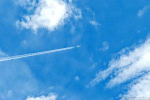 飛行機雲一直線!